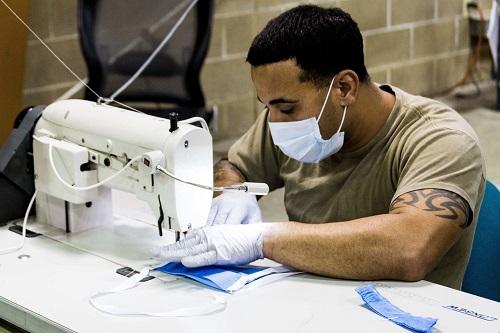 """Lính đặc chủng Mỹ """"trở thành"""" những người thợ may sản xuất khẩu trang - Ảnh 1"""