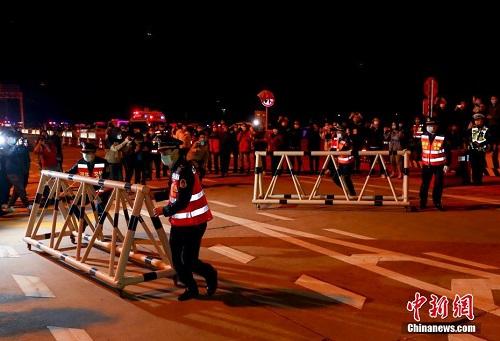 Người dân vũ Hán đổ xuống đường chứng kiến khoảnh khắc chính thức dỡ bỏ phong tỏa sau 76 ngày - Ảnh 4