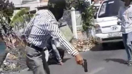 Phạt 5 triệu đồng người đàn ông rút súng đồ chơi dọa tài xế xe tải sau va chạm giao thông - Ảnh 1