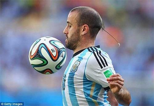 """Giật mình vì những mẫu tóc """"theo kiểu chẳng giống ai"""" của các cầu thủ bóng đá thế giới - Ảnh 4"""