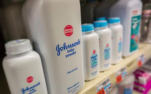 Johnson & Johnson ngừng bán phấn rôm sau cáo buộc chứa chất gây ung thư - Ảnh 1