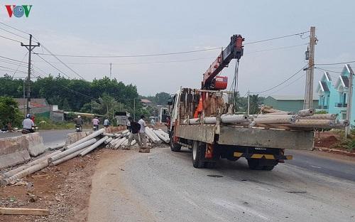 Bình Phước: Lật xe container khiến gần 100 trụ điện văng ra giữa đường - Ảnh 1
