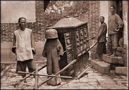 """Loạt ảnh cho thấy cuộc sống """"không như phim"""" ở Trung Quốc 100 năm trước - Ảnh 3"""