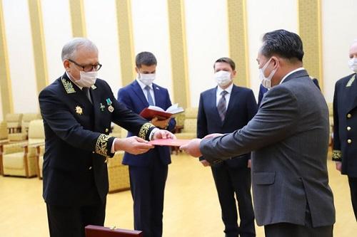 Tổng thống Vladimir Putin trao Huy chương Chiến thắng cho Chủ tịch Kim Jong Un - Ảnh 1