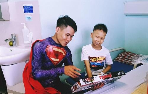 Biệt đội siêu anh hùng đến tặng quà cho các bệnh nhi ung thư, chạy thận trong dịp 1/6 - Ảnh 3