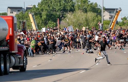 Hình ảnh xe bồn chở dầu lao vào đám đông biểu tình ở Mỹ - Ảnh 2