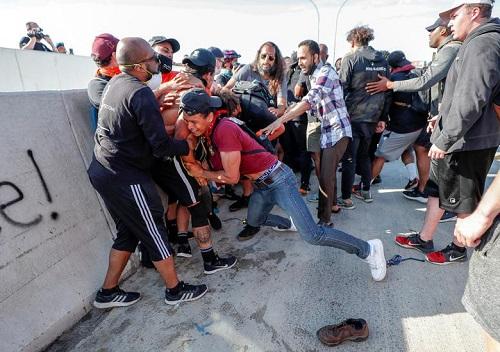 Hình ảnh xe bồn chở dầu lao vào đám đông biểu tình ở Mỹ - Ảnh 3