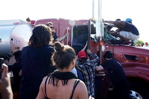 Hình ảnh xe bồn chở dầu lao vào đám đông biểu tình ở Mỹ - Ảnh 4