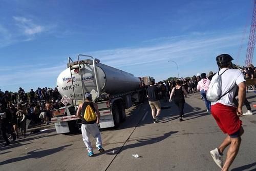 Hình ảnh xe bồn chở dầu lao vào đám đông biểu tình ở Mỹ - Ảnh 5