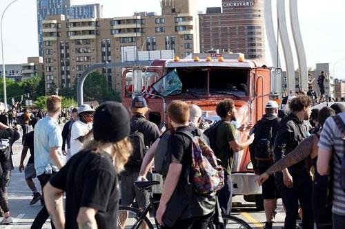 Hình ảnh xe bồn chở dầu lao vào đám đông biểu tình ở Mỹ - Ảnh 6