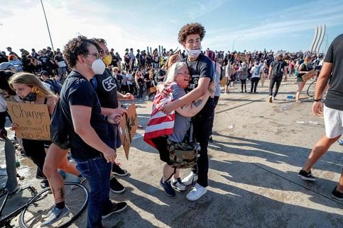 Hình ảnh xe bồn chở dầu lao vào đám đông biểu tình ở Mỹ - Ảnh 7