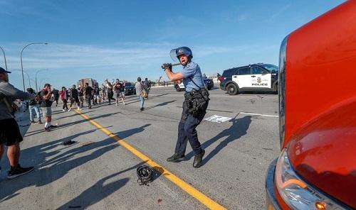 Hình ảnh xe bồn chở dầu lao vào đám đông biểu tình ở Mỹ - Ảnh 8
