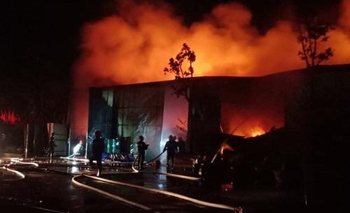 Hà Nội: Nhà kho 500 m2 cháy lớn lúc nửa đêm - Ảnh 1