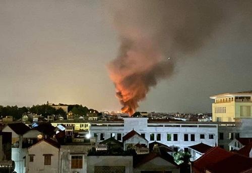 Hà Nội: Nhà kho 500 m2 cháy lớn lúc nửa đêm - Ảnh 2