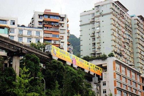 Hệ thống tàu điện trên cao độc đáo ở thành phố kỳ lạ nhất Trung Quốc - Ảnh 4