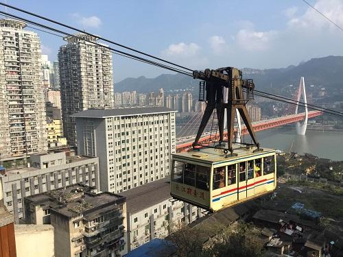 Hệ thống tàu điện trên cao độc đáo ở thành phố kỳ lạ nhất Trung Quốc - Ảnh 9