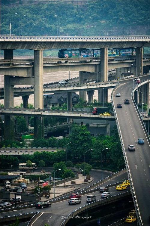 Hệ thống tàu điện trên cao độc đáo ở thành phố kỳ lạ nhất Trung Quốc - Ảnh 7