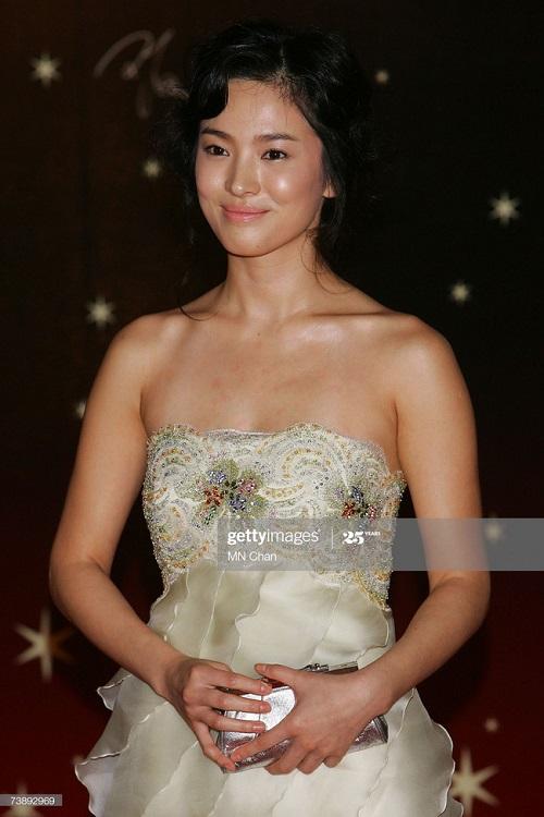 """Khoảnh khắc """"muốn độn thổ"""" của Song Hye Kyo trên thảm đỏ - Ảnh 4"""