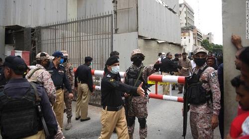 Sở giao dịch chứng khoán Pakistan bị các tay súng tấn công, ít nhất 8 người chết - Ảnh 1