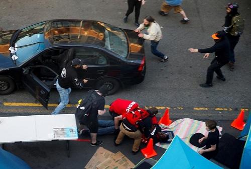 Người đàn ông lao xe, nổ súng vào đám đông biểu tình ở Mỹ - Ảnh 1