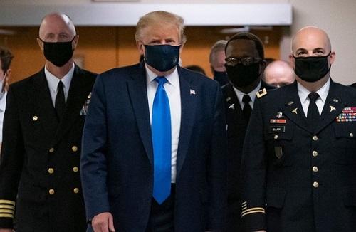 Số ca nhiễm ở Mỹ không ngừng tăng cao, ông Trump lần đầu đeo khẩu trang nơi công cộng - Ảnh 1