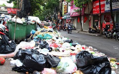 Giữa thời tiết oi bức, 9.000 tấn rác tồn đọng trong nội thành Hà Nội - Ảnh 1