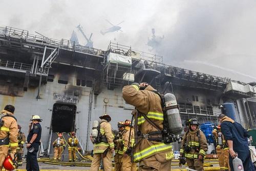 Hai tàu đổ bộ cỡ lớn của hải quân Mỹ liên tiếp bốc cháy - Ảnh 1