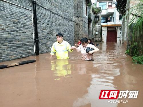 """Phượng Hoàng cổ trấn """"đổi màu"""" do mưa lũ nghiêm trọng - Ảnh 6"""