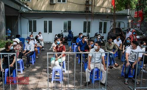 Hà Nội: Tiến hành test nhanh Covid -19 cho người dân từ Đà Nẵng trở về - Ảnh 1