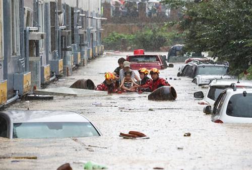 Mưa lũ nghiêm trọng nhấn chìm hàng trăm nhà cửa và ô tô ở Hàn Quốc - Ảnh 1