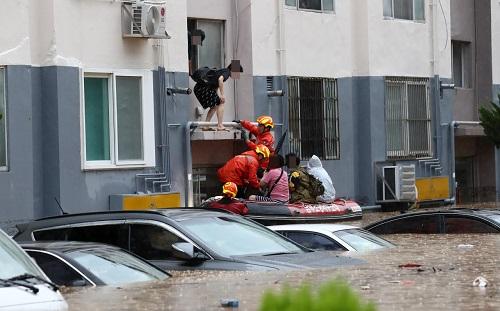 Mưa lũ nghiêm trọng nhấn chìm hàng trăm nhà cửa và ô tô ở Hàn Quốc - Ảnh 2