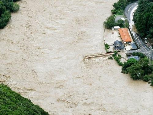 Nhật Bản huy động 10.000 lính cứu hộ ứng phó với mưa lũ kinh hoàng - Ảnh 3