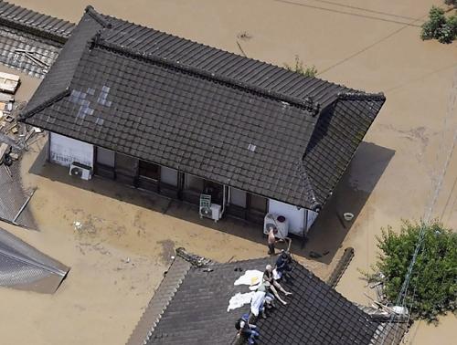 Nhật Bản huy động 10.000 lính cứu hộ ứng phó với mưa lũ kinh hoàng - Ảnh 2