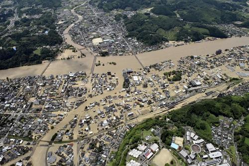 Nhật Bản huy động 10.000 lính cứu hộ ứng phó với mưa lũ kinh hoàng - Ảnh 1
