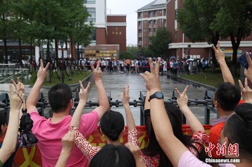 Loạt ảnh các sĩ tử Trung Quốc bước vào kỳ thi đại học thời Covid-19, khẩu trang là dụng cụ thiết yếu - Ảnh 2