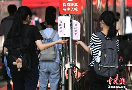 Loạt ảnh các sĩ tử Trung Quốc bước vào kỳ thi đại học thời Covid-19, khẩu trang là dụng cụ thiết yếu - Ảnh 7