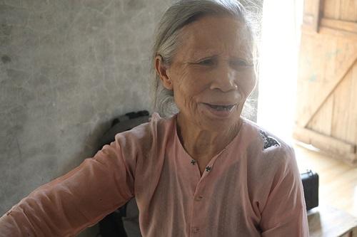 Tận cùng khốn khổ, bà ngoại gần 80 tuổi nuôi đàn cháu mồ côi cha mẹ - Ảnh 1