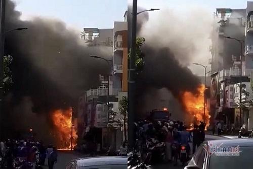 Cháy lớn thiêu rụi shop thời trang ở Thừa Thiên Huế - Ảnh 1