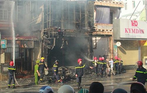 Cháy lớn thiêu rụi shop thời trang ở Thừa Thiên Huế - Ảnh 2