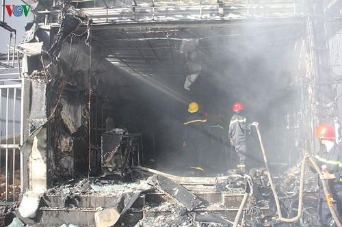 Cháy lớn thiêu rụi shop thời trang ở Thừa Thiên Huế - Ảnh 3
