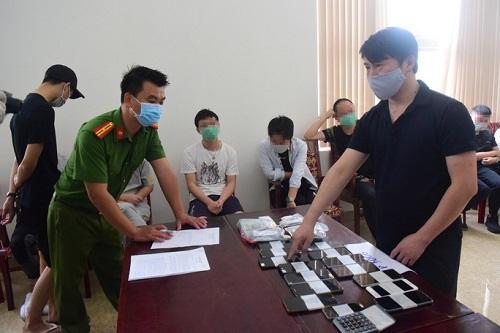 Phạt hơn 140 triệu đồng, trục xuất 7 người Trung Quốc thuê khách sạn tổ chức đánh bạc trực tuyến - Ảnh 1