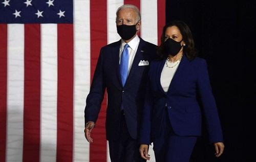"""Ông Biden và nữ tướng Harris cùng đeo khẩu trang tại sự kiện ra mắt, tiếp tục """"công kích"""" Tổng thống Trump - Ảnh 1"""