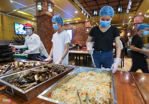 Nhiều đầu bếp ở Đà Nẵng chung tay nấu suất ăn gửi lực lượng chống dịch COVID-19 - Ảnh 2