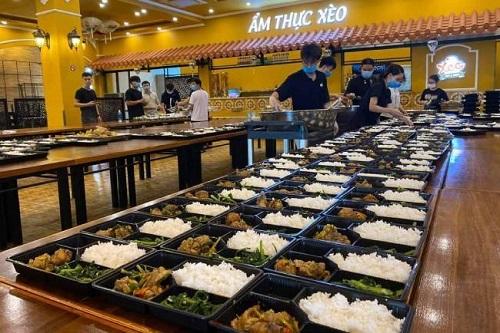 Nhiều đầu bếp ở Đà Nẵng chung tay nấu suất ăn gửi lực lượng chống dịch COVID-19 - Ảnh 3