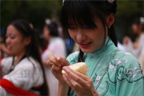 Lễ Thất Tịch ở Trung Quốc: Ngày các cô gái chứng minh sự trưởng thành, tìm kiếm mối tình sắt son như Ngưu Lang- Chức Nữ - Ảnh 2