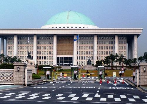 Quốc hội Hàn Quốc lần thứ 2 phải đóng cửa vì COVID-19 - Ảnh 1