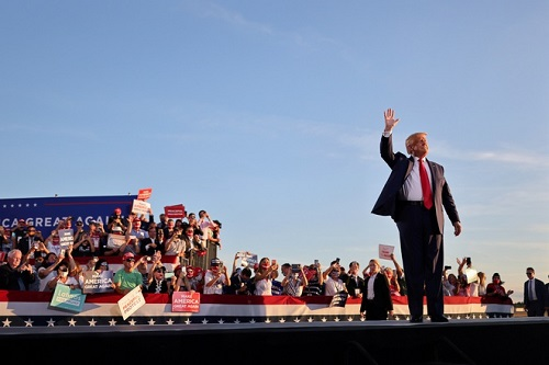 Ông Trump nói con gái lớn xứng đáng làm nữ tổng thống Mỹ đầu tiên - Ảnh 1