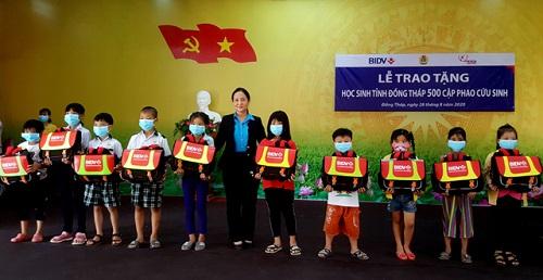 Trao tặng 500 cặp phao cứu sinh cho trẻ em nghèo, hiếu học ở vùng lũ - Ảnh 1