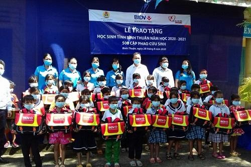Trao tặng 500 cặp phao cứu sinh cho trẻ em nghèo, hiếu học ở vùng lũ - Ảnh 2