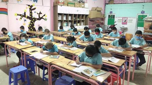 Câu chuyện cảm động ở lớp xóa mù chữ cho trẻ em nghèo của chàng hướng dẫn viên du lịch - Ảnh 1
